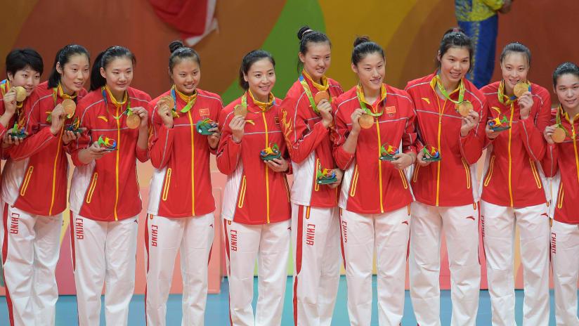 Chineseteamposesforpicturesafterbeingawardedwiththegoldmedal