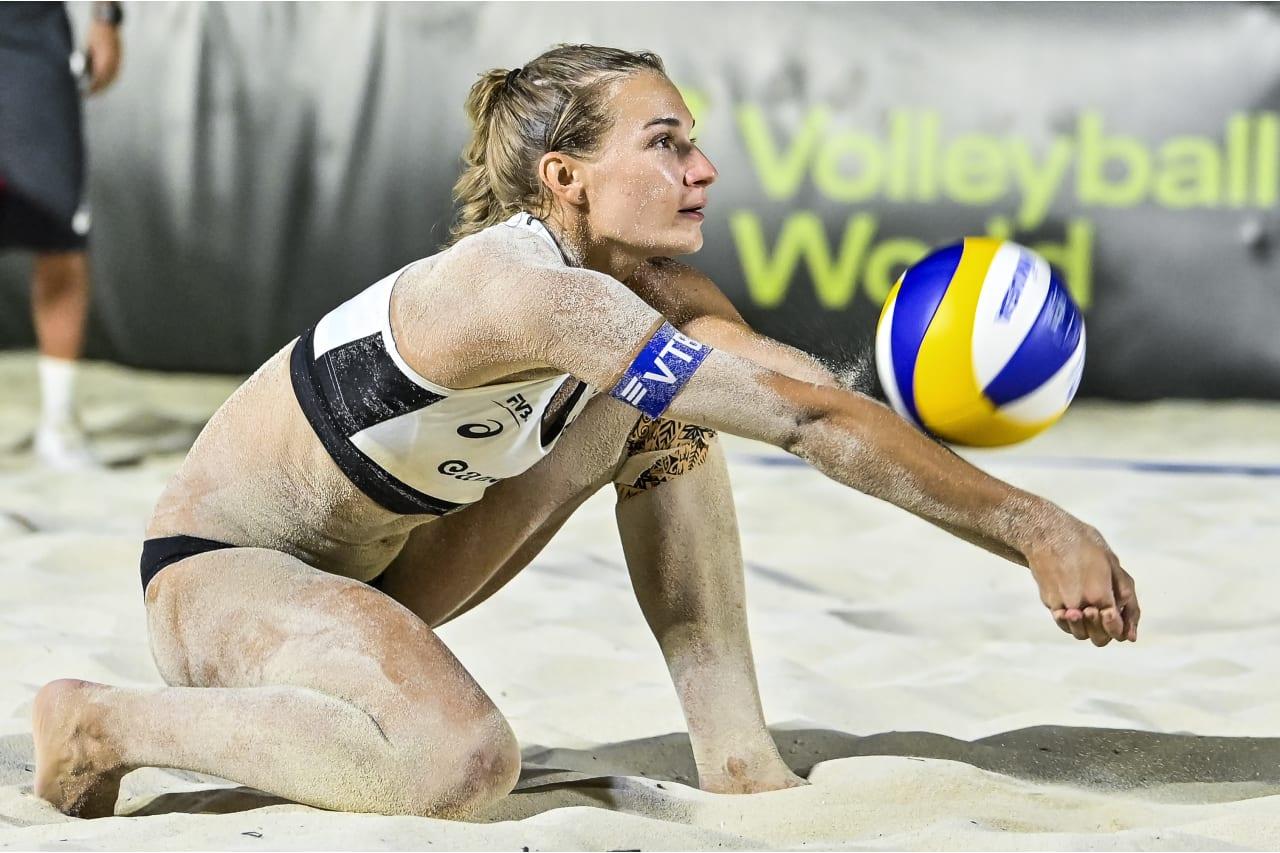 Svetlana Kholomina (Russia) receives