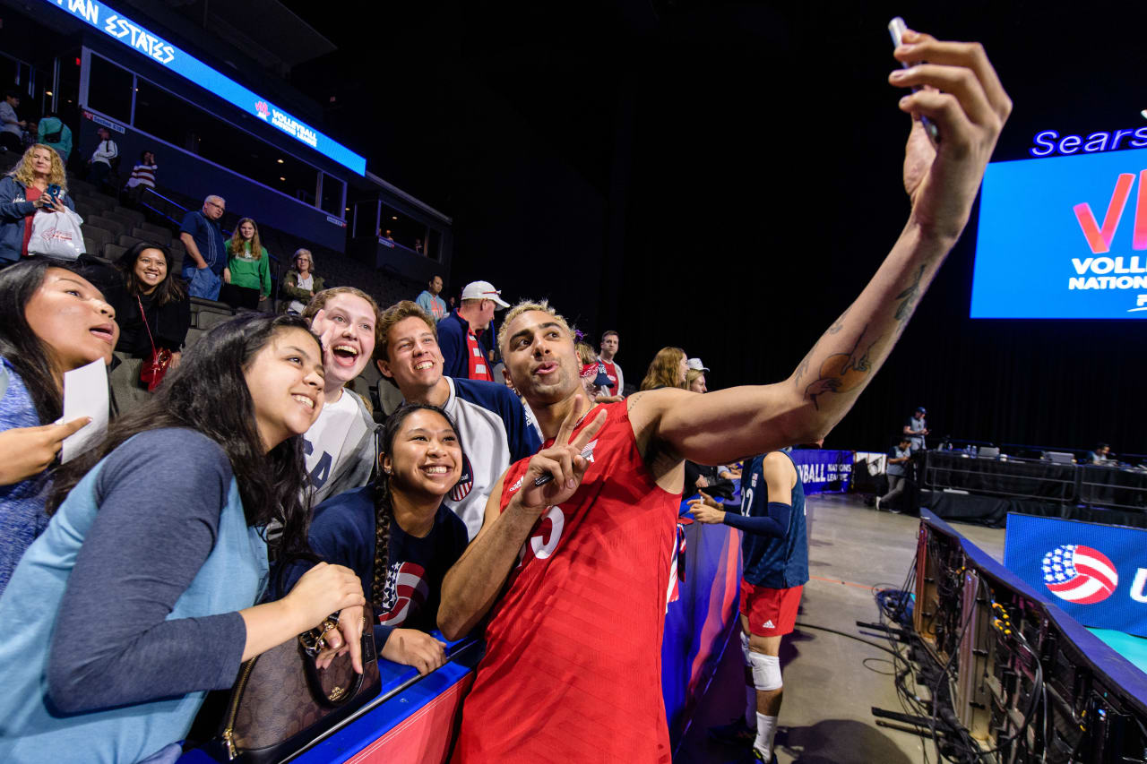 Benjamin Patch (USA) takes a selfie with the fans in Chicago