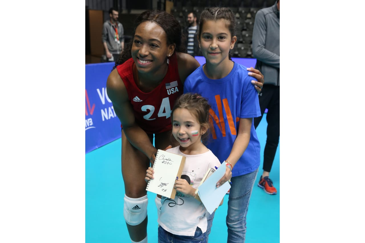 Chiaka Ogbogu (USA) with young Bulgarian fans