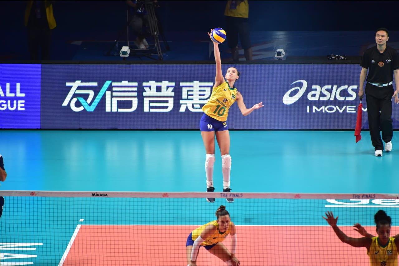 Brazil's Gabi Guimaraes jump serves