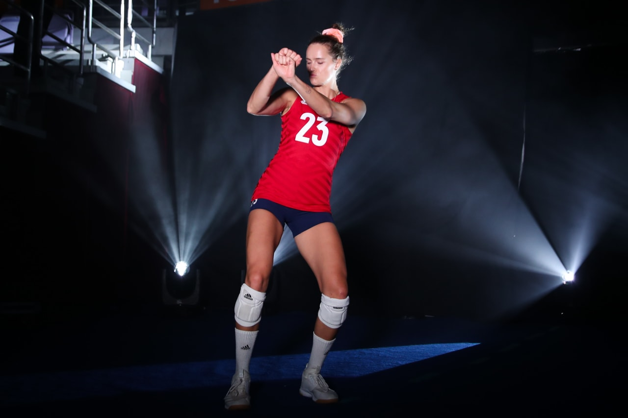 Kelsey Robinson (USA) shows her moves as she enters the stage