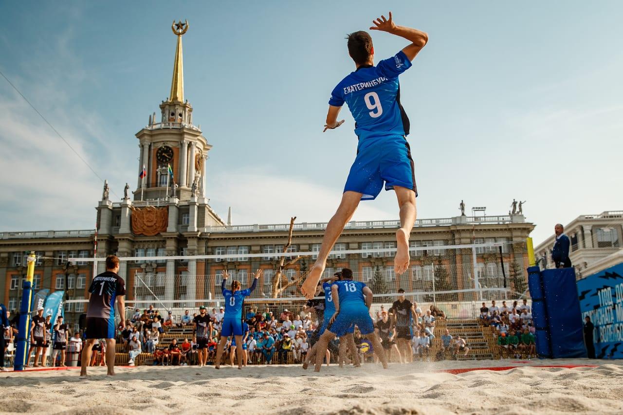 Playing beach volleyball in Yekaterinburg