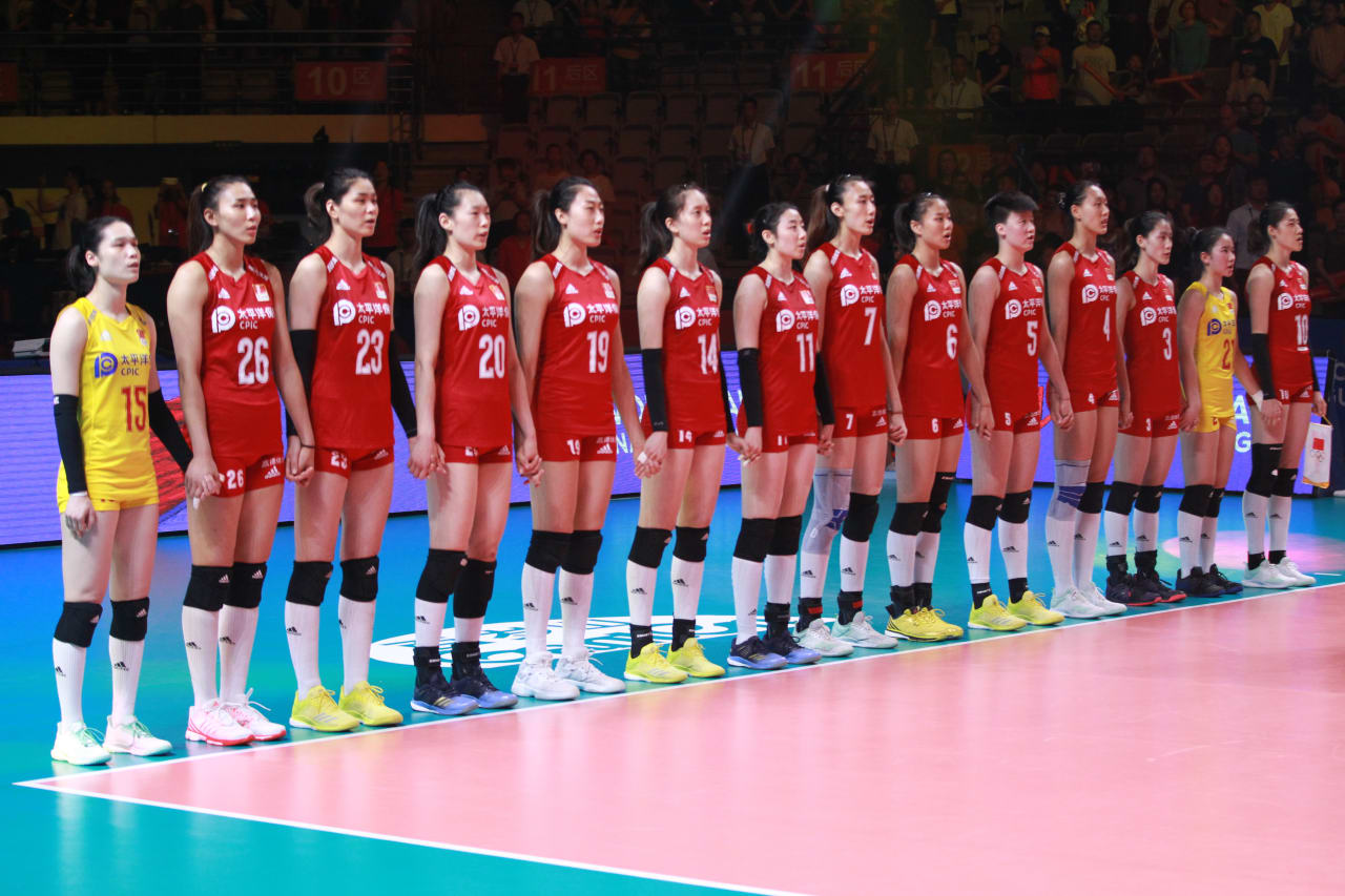 Chinese players stand for their national anthem
