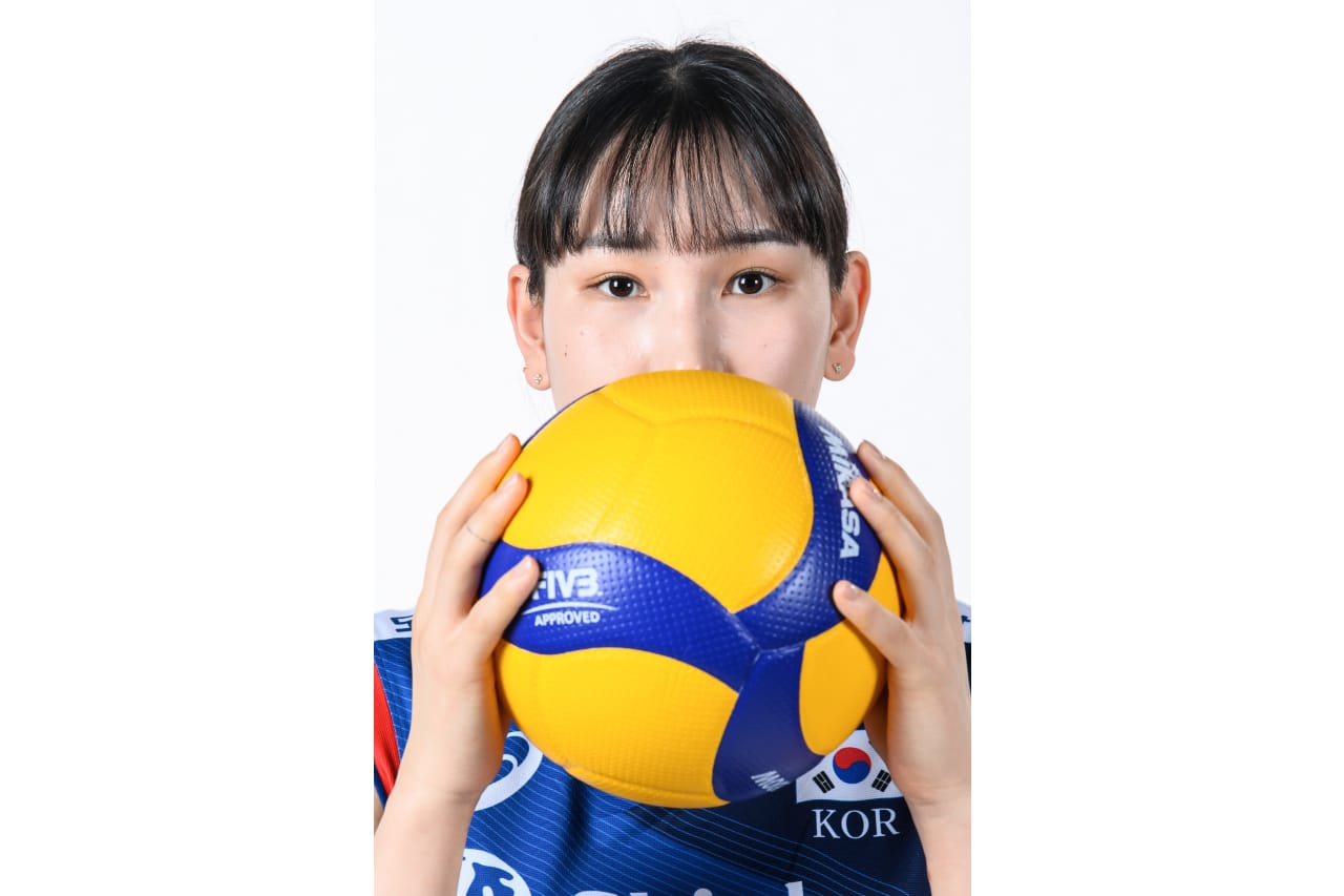 7-Hyejin An - holding a volley ball
