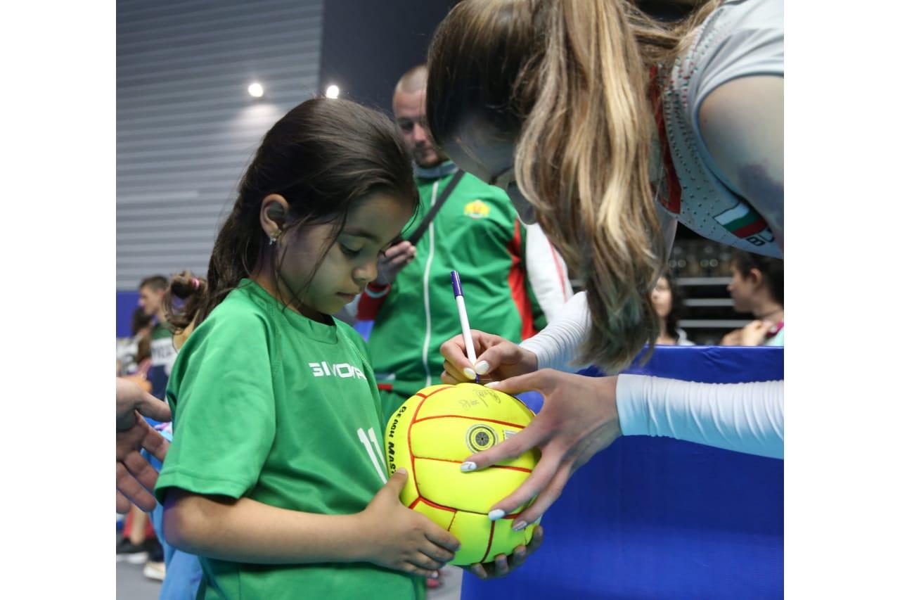 Maria Dancheva (Bulgaria) signs a ball for a young fan