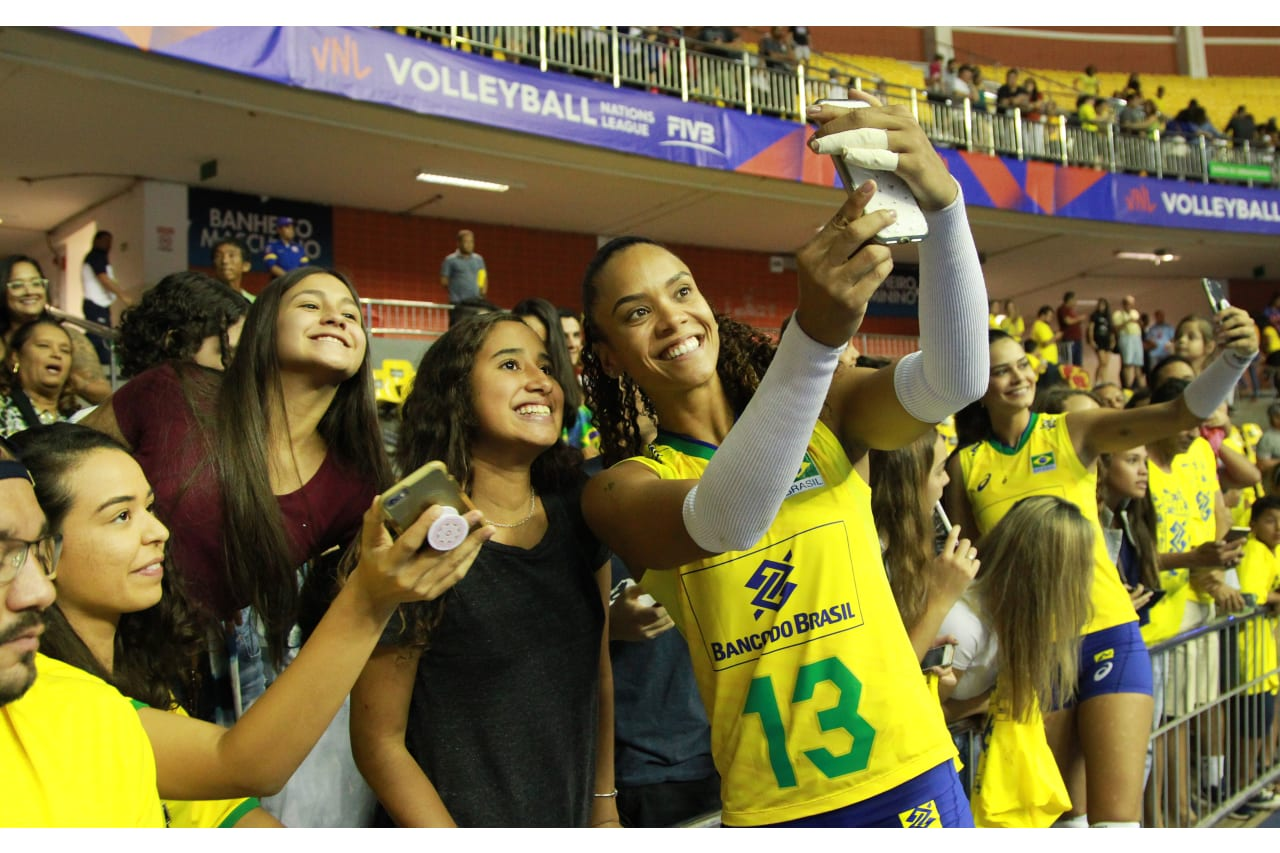 Amanda Francisco (Brazil) takes selfies with the fans